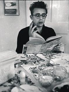 Dean mit Buch am Esstisch, Quelle: Dennis Stock: James Dean - Bilder einer Legende, Knesebeck Verlag 2005