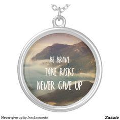 Never give up colar com pendente redondo