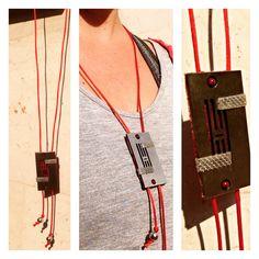 Collana con lastra di metallo, stoffe perle e rete