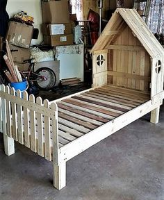 While this could have been a simpler and straighter wooden pallet made room bed, but just to add some spice and enthusiasm to the shape we have experimented with this silly pallet wood idea, and guess what, it really worked. Like despite of this creepy style the bed is quite practical.