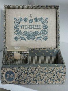 Une boîte à bijoux Pour une jeune fille Belle comme une fleur * * Pour toi, à Noël, ... petite * M * Une grille brodée avec *...