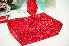 {Créa} Emballer c'est plié, A la découverte du Furoshiki - Mymy Cracra Jean Miro, Furoshiki, Gift Wrapping, Diy, Gifts, Creativity, Nantes, Packaging, Bedroom