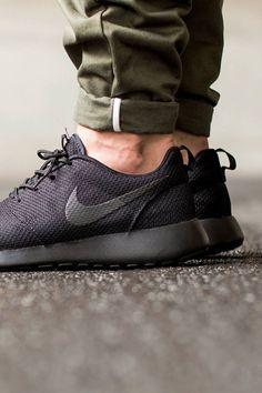 8a5d32ccda4b38 Nike Releases All-Black Roshe One