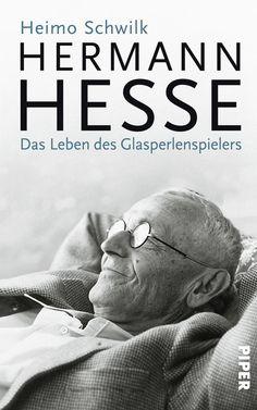 Weltweit wird heute kein deutscher Autor des 20. Jahrhunderts mehr gelesen als er. Dabei verlief das Leben des »Glasperlenspielers« bei weitem nicht so beschaulich, wie es im Rückblick scheint. Schon als junger Mann empfand er es als Befreiung, der Enge seines pietistischen Elternhauses zu entfliehen und seiner Berufung zum Dichter zu folgen. Und ob Asket, Buddhist oder ruheloser Nomade – Hesse hat sich immer wieder neu erfunden. Am Ende blieb er doch nur einem treu: sich selbst.