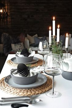 Svennhytta: Førjuls-borddekking Christmas Table Settings, Christmas Tablescapes, Christmas Table Decorations, Decoration Table, Black Christmas, Simple Christmas, Beautiful Christmas, Chris Botti, Christmas Tree Napkin Fold