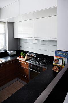 """Kuchnia w kształcie litery """"L"""" subtelnie oddzielona od pozostałych pomieszczeń, mająca jednak charakter otwarty, widoczna z pokoju dziennego. Bardzo ergonomicznie urządzona, minimalistyczna.  Projekt i realizacja MEBLE MERDA Twoje wnętrze, Twój charakter www.meblemerda.pl #meblekuchenne #wnetrza #design #kuchnie #meble"""
