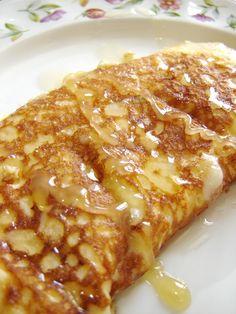 チーズドッグ風オムレツ☆はちみつ添え チーズオムレツに蜂蜜をかけるだけで、昔よく食べた大好きなチーズドッグに似た物が出来ます。これならすごく簡単でヘルシーだし、ダイエット中でも大丈夫です。 spainの娘 材料 (1人分) 卵 1個 牛乳 約大さじ1 溶けるチーズ 好きなだけ(たっぷりが美味しい) はちみつ 好きなだけ(たっぷりが美味しい) 作り方 1 卵を洗って、お皿に割り入れ、牛乳を入れ、フォークなどで混ぜ合わせる。 2 油をちょっと敷いたフライパンを熱してから1の卵を入れ、回りが乾いてきたらチーズを乗せ、結局普通のチーズ入りオムレツを作る。 3 出来たらお皿にとって、蜂蜜をたっぷりたらして出来上がり!写真はオムレツを切って、チーズがトロンとしたところです。チーズの塩気と蜂蜜の甘みが美味しくマッチします。 コツ・ポイント 朝食、ブランチ、おやつとか、甘い物食べたいけど何も作るのがめんどくさい時すぐに出来て温かいので、おなかが満足します。食欲の秋や寒い冬にいつも食べてます。 レシピの生い立ち…