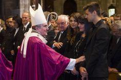 El arzobispo de Barcelona, Lluis Martínez Sistach, consolando a la familia de Vilanova