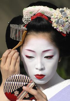 maiko-applying-make-up-jeremy-hoare.jpg 620×900 pixels