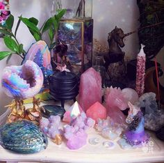 Crystal Altar, Crystal Magic, Crystal Healing Stones, Crystal Decor, Crystal Grid, Witch Aesthetic, Aesthetic Room Decor, Crystals And Gemstones, Stones And Crystals