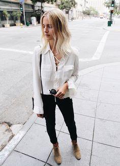 Camisa branca, jeans skinny e ankle boots. A maneira mais simples de ficar chic e cool.