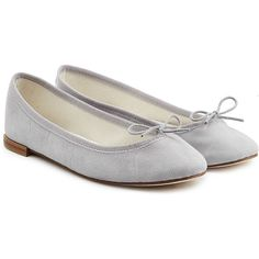 Repetto Cendrillon Suede Ballerinas (209235 IQD) ❤ liked on Polyvore featuring shoes, flats, grey, bow ballet flats, grey ballet flats, bow flats, grey suede flats and flat shoes
