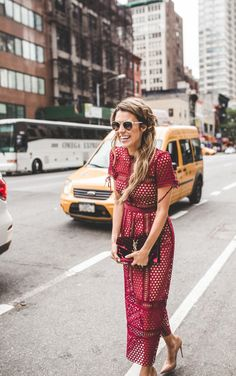 Crochet beautiful and feminine red dress. Free patterns for crochet red dress Mode Style, Style Me, Burgundy Midi Dress, Maroon Lace Dress, Looks Street Style, Mode Inspiration, Fashion Inspiration, Look Fashion, Street Fashion