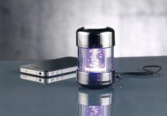 Ce petit haut-parleur nomade par Auvisio est bourré de fonctions, tel que la radio FM, la lecture des cartes SD et clés USB mais surtout des effets lumineux.