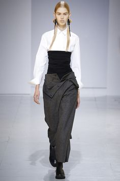 See the complete Chalayan Fall 2016 Ready-to-Wear collection.