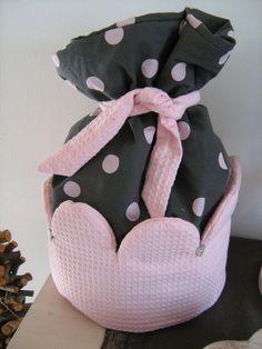 Bon comme vous êtes plusieurs à me l'avoir demandé je me lance. Il vous faut: Pour le contour rose: Une bande de tissu de 40X75 cm. Une bande de molleton de 20X75 cm Un cercle de 24 cm de diamètre Pour les liens deux bandes de 8X45n cm Pour le pochon... Sewing Crafts, Sewing Projects, Fabric Basket Tutorial, Japanese Knot Bag, Baby Box, Pouch Bag, Purses And Handbags, Coin Purse, Crochet