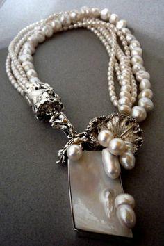 collier en perles en métal imitation argent massif et partie en nacre en forme rectangulaire
