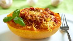 Spaghettikürbis ist die Rettung für alle, die sich low-carb ernähren, aber auf Pasta nicht verzichten wollen. Wie wäre es mit einer Füllung aus Tomaten und Pilzen?