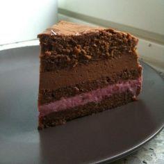 Suklaavadelmamoussekakku. Menee varmaan tehdessä monta tuntia, mutta suklaan ja vadelman yhdistelmä on voittamaton!
