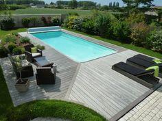 Terrasse en Ipe clipsé lisse autour d'une piscine.Photo prise un ans après la pose.Terrasse grise naturel sans aucuns produits. Terrasse en bois à Tours 37