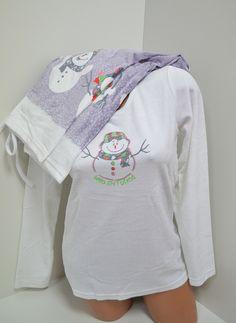 Топла и ефектна плюшена пижама в свежи цветове. Горната част е с дълги ръкави в бяло и апликация - снежен човек отпред. Долното е дълъг панталон в бледо лилав цвят със снежни човечета в долната част, ластик и връзка на талията. С тази пижама ще ви бъде топло и приятно през студените зимни нощи.