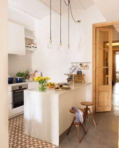 ¿Puede una cocina pequeña y oscura convertirse en el corazón de la casa? Sí, si se abre al salón y al pasillo. Descubre las claves del éxito de esta reforma en la web (link en la bio) #elmueble #cocinaelmueble #cocina #kitchen #pocosmetros #smallspaces #hidraulico #pasillo #corridor