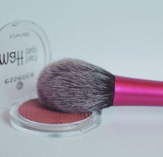 real techniques blush brush - essence blush - makeup - maquillage - brushes - @makemeshiny instagram