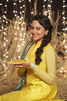 Sonakshi Sinha in yellow punjabi suit with green dupatta Hollywood Celebrities, Beautiful Celebrities, Beautiful Actresses, Bollywood Suits, Bollywood Fashion, Angela Simmons, Beautiful Bollywood Actress, Most Beautiful Indian Actress, Sonakshi Sinha Saree