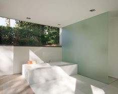 HOUSE ROCES – A GLASS BOX THAT DOESN'T PUT YOU ON SHOW