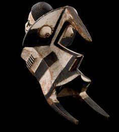 MASQUE IGBO IZZI Nigeria Ogbodo enyi, représentant la tête d'un animal stylisé géométrique à la gueule ouverte et avec deux défenses recou...