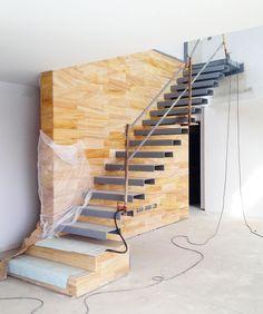 Casa E | 08023 Arquitectos - Barcelona Ya hemos acabado las pieza de la escalera, sólo queda limpiar y pintar. Un buen contraste con el muro de piedra. #escaleras #piedra #arquitectos