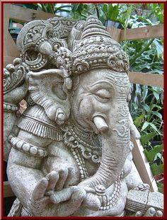 Simpson, do not give my God a peanut. Jai Ganesh, Ganesh Statue, Shree Ganesh, Ganesha Art, Shiva, Elefante Hindu, Sculpture Art, Sculptures, Ganesh Tattoo