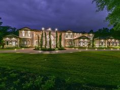 This Mediterranean style mansion is located at 93 W Grand Regency Circle in the guard-gated community of Carlton Woods in The Woodlands, Texas and is situated on acres of land. It is owned by Houston Rockets player Chris Paul. Texas Mansions, Mansions For Sale, Mansions Homes, Luxury Mansions, Woodland High School, Multi Million Dollar Homes, The Woodlands Tx, Dream Mansion, Luxury Homes Dream Houses