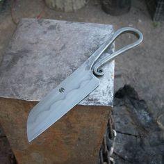 Faca artesanal com cabo em aço.