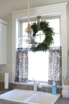 Adorable home decor inspiration for the kitchen window! I love the green wreath!