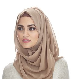 Cute and Fashionable Hijab Styles. Hijab is an essential part of Islam commonly associated with women, to cover their hair and other parts of the body. Gone are the days when women and girls would feel less confident wearing hijab. Hijab A Enfiler, Beau Hijab, Hijab Stile, Girl Hijab, Hijab Outfit, Hijab Makeup, Hijab Chic, Islamic Fashion, Muslim Fashion