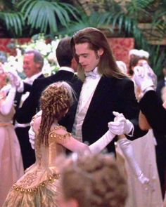 Interview with the Vampire: it was so sad that Claudia died their love for each other was so cute (father/mother-daughter style) Lestat And Louis, Queen Of The Damned, The Vampire Chronicles, Interview With The Vampire, Vampire Love, Vampires And Werewolves, Old Movie Stars, Badass Movie, Movie Costumes