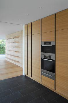 Küche mit horizontal furnierten Fronten