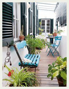 Repeindre un vieux banc en bois en une couleur flashy : idéal pour apporter de la modernité à votre terrasse