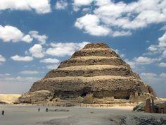 Пирамида Джосера Древнейшее из сохранившихся в мире крупных каменных зданий. Построено зодчим Имхотепом в Саккаре для погребения египетского фараона Джосера ок. 2650 г. до н. э. Ядро гробницы сложено из известняковых блоков. Размер пирамиды 125 метров × 115 метров, а высота - 62 метра.