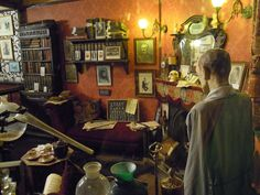 The sitting room of Baker Street displayed at The Sherlock Holmes public house Detective Sherlock Holmes, Sherlock Holmes Stories, A Study In Scarlet, Bury St Edmunds, 221b Baker Street, Crime Fiction, Arthur Conan Doyle, Victorian Era, Boston