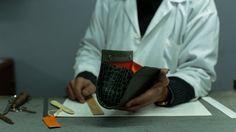 Associez de la peau en cuir véritable, à effets d'impression, un goût du chic et de la fantaisie et des mains expertes, vous obtenez les pochettes Myriam Zerrad. La seule ligne imaginée et réalisée à la main au Maroc qui propose des pochettes. Retour sur la création, à l'atelier de maroquinerie Le Fabrikant.   Morocco In Motion - Les pochettes Myriam Zerrad, une co-production Editions Amabilis Maroc Sarl et © Amabilis Inc. (Canada) Musique: Olive Musique
