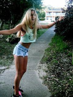 pastels and ripped jean shorts skateboarding outfits Summer Of Love, Summer Girls, Hot Girls, Summer Fun, Style Skate, Sport Style, Estilo Jeans, Skate Girl, Cali Girl