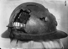 1916 - Au Val de Grâce, musée des Archives et matériel du Service de Santé : casque ayant assuré une protection efficace : éclat d'obus entré de face, sorti de côté en arrachant la tôle. Photographie de presse : Agence Meurisse