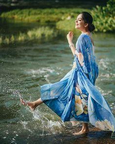 Isadora Duncan, Indian Photoshoot, Saree Photoshoot, Photoshoot Ideas, Stylish Photo Pose, Stylish Girls Photos, Portrait Photography Poses, Photography Poses Women, Water Photography