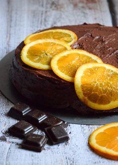 Pyszny, intensywnie czekoladowy torcik z kremem czekoladowym. Wegański. W środku posiada dwa warzywa - zgadniesz jakie?