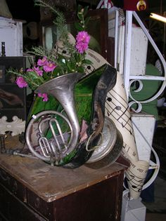 French Horn Vase-- if only I could afford to buy a vintage horn for the sole purpose of making it into a vase... nope, never could. I'd keep taking the flowers out to play the horn.