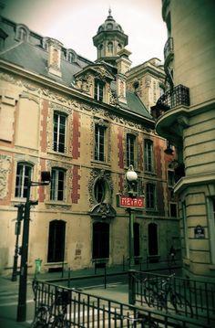 Metro Sully-Morland at Rue du Petit Musc & Quai des Célestins / 75004 Paris
