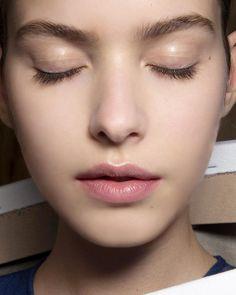 #2015FW #viktorandrolf 컬렉션에서 글로시한 아이 메이크업을 연출했어요✨ 눈을 감았다 뜰 때마다 빛을 반사해 얼굴에 입체감을 선사하죠! 생기 있어 보이는 건 #덤덤 #dumbdumb  대신 피부는 보송하게 표현하세요. 피부까지 촉촉하면 자칫 얼굴이 커 보일 수 있어요! -