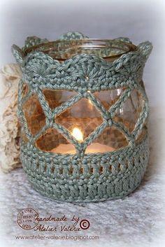 Häkel hübsche Hüllen für Gläser, die du als anheimelnd aussehende Teelichthalter verwenden kannst! - DIY Bastelideen